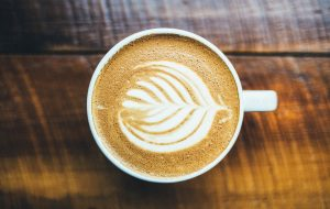 כוס קפה עם ציור