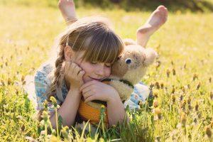 ילדה משחקת עם דובי