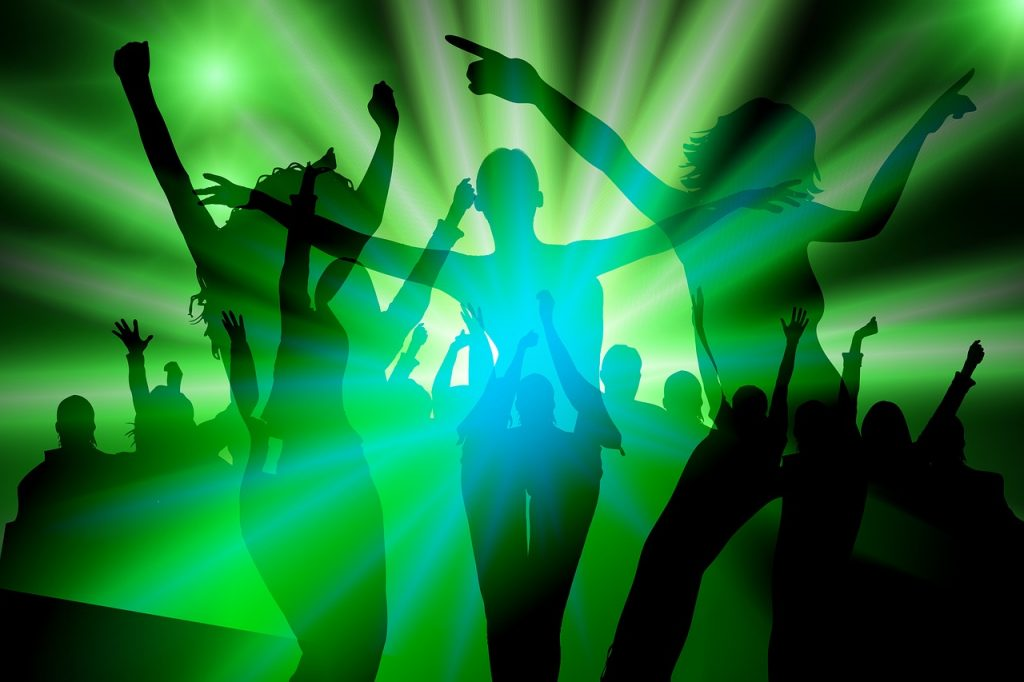 אנשים רוקדים