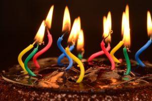 עוגת יום הולדת עם נרות